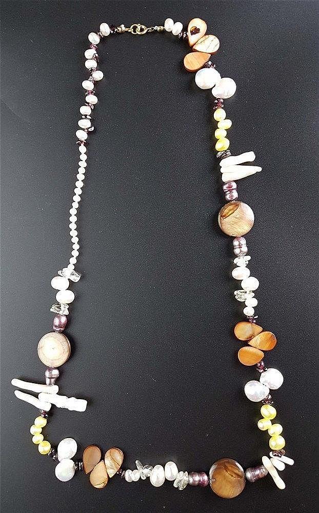 Perlenkette - ausgefallenes Design,unterschiedlich geformte und gefärbte Süßwassserperlen,runde und tropfenförmige Perlmuttelemente und Korallenstäbchen,Bergkristall- und Granat-Trommelstücke,L.ca.66cm,min.Trage spuren