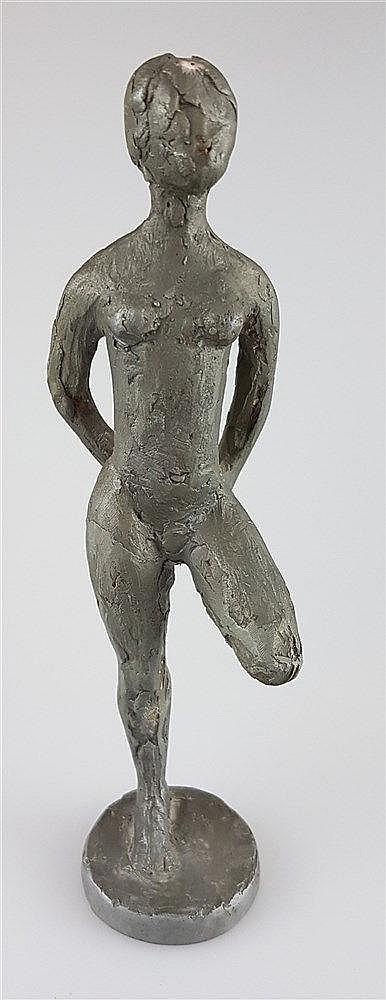 Figur- Weiblicher Akt auf einem Bein stehend, wohl Willi Schmidt (1924-2011, Bildhauer und langjähriger Dozent an der Städelschule in Frankfurt a.M.), Metall, H.ca.19cm