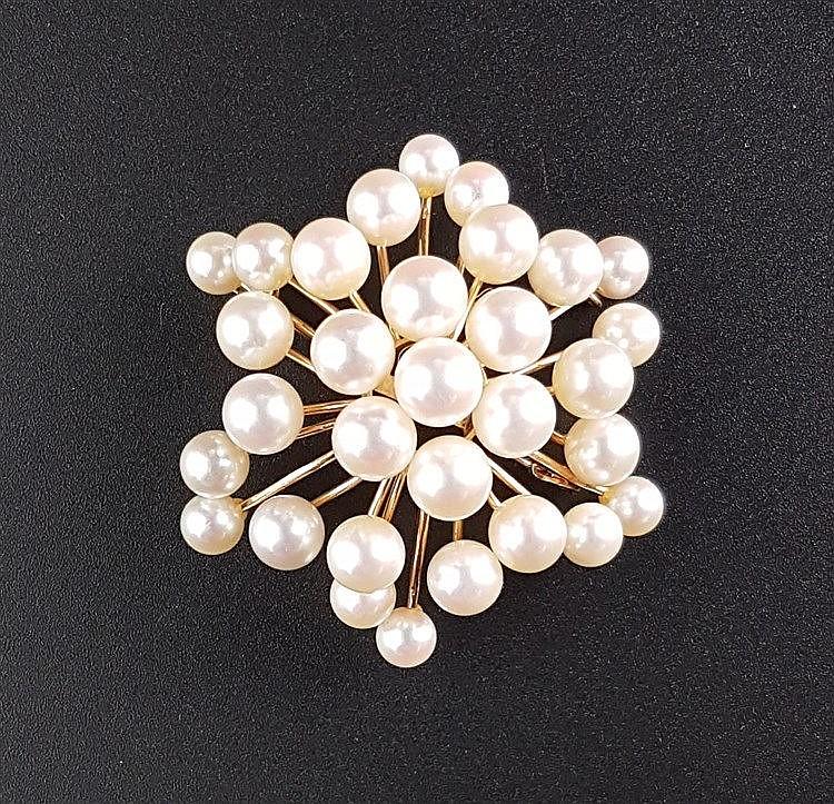Perlenbrosche/-Anhänger - sternenförmige 750-Gelbgoldfassung besetzt mit Perlen von unterschiedlicher Größe,besonders schöner Lüster,Dm.ca.4,5cm