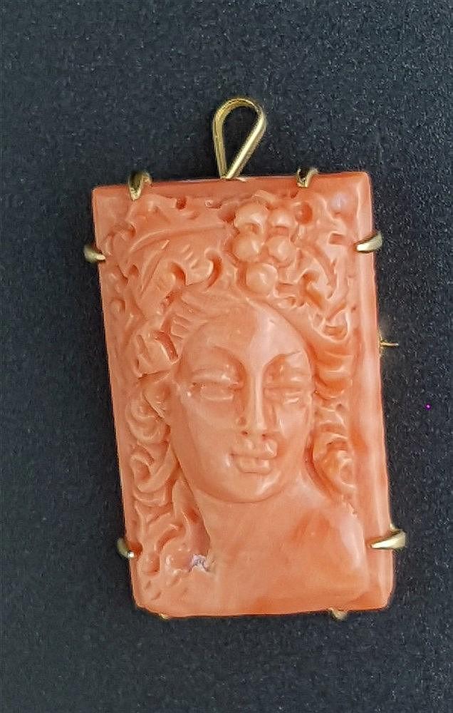 Korallenbrosche/-Anhänger - rosafarbene Koralle geschnitzt mit Bacchantin-Kopf,ca.36x22mm,1 kl.punktuelle Bestoßung,Fassung und Broschierung 750 Gelbgold