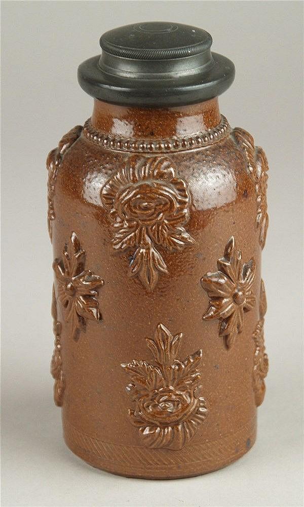 Teedose - Steingut mit original Zinnmontierung,aufgesetzte Blüten, Creussen 18.Jh.,H.ca.16 cm
