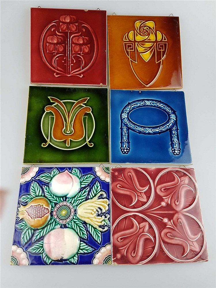 6 Jugendstil-Kacheln - Keramik, mit Ornament- und floralen Motiven, Glasur krakeliert u. partiell lt. best., u.a. Helman/DK, z.T. aus England, ca. 15x15 bis 15,5x15,5cm