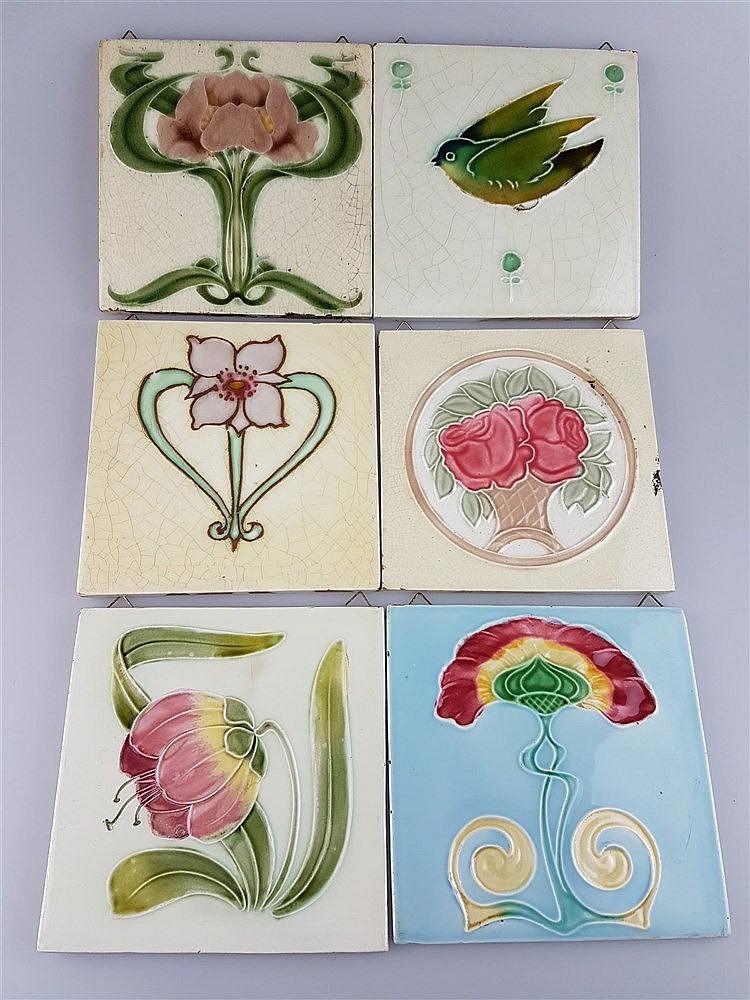 6 Jugendstil-Kacheln - Keramik, mit floralen Motiven und Vogelmotiv auf pastellfarbigem Grund, Glasur krakeliert u. partiell lt. best., haupts. aus England England, ca.15x15 bis 15,3 x 15,3 cm