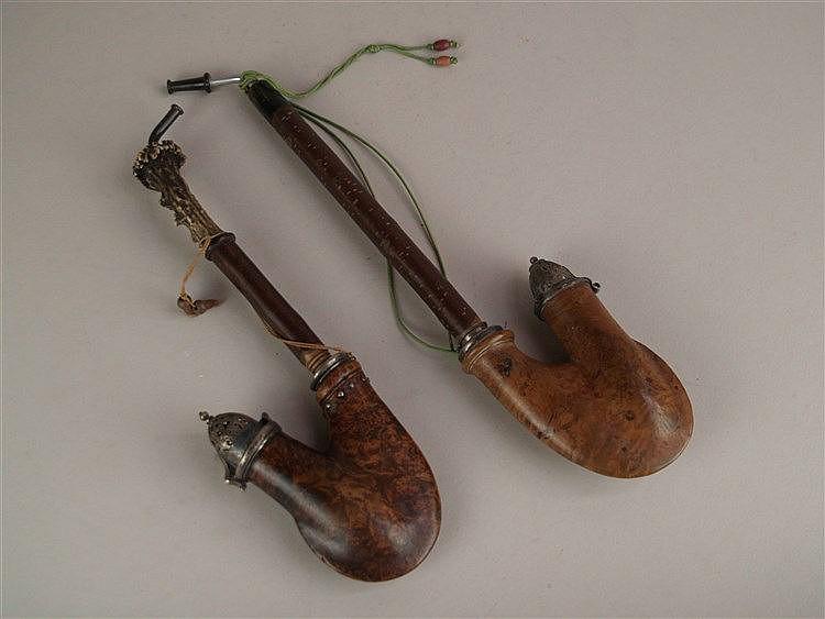 Zwei Pfeifen - Wurzelholz, Appliken u. Montierung mit Klappdeckel Metall,L.ca. 29/35cm