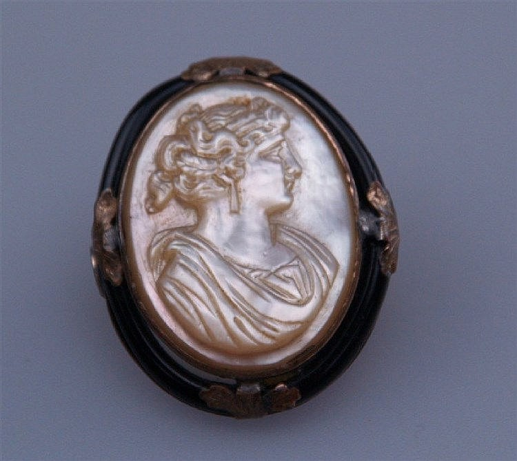 Brosche - mit eingesetzter ovaler Perlmutt-Kamee mit reliefiertem antikisiertem Frauenkopf im Profil,verso Kleberspuren,Metallfassung,ca.3,3 x 2,8cm