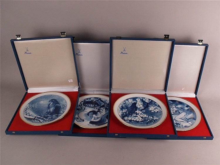 Vier Jahresteller- Meissen Schwertermarke, alle mit Zertifikat und in Originalverpackung, limitierte Auflage für die ''Club Edition Meissen'', blauer Dekor, goldstaffiert, mit Wandaufhängung, 1x ''In den Gärten der Glückseligkeit'' Entwurf: Ukki