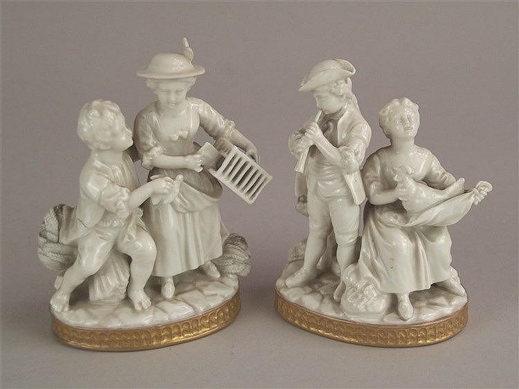 Zwei Figurengruppen- Pärchen in Rokoko-Kostümen,Weiß mit Kupferrand, glasiert, tlw. beschädigt, H.ca.13cm