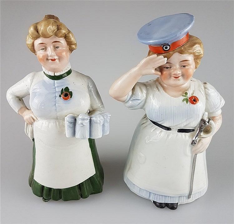 Zwei Figuren-/Scherzflaschen - Flaschen in Form einer Wirtin mit vollen Maßkrügen sowie einer Köchin mit Soldatenmütze und Säbel salutierend,1x Mütze an Korkstopfen ausgeführt,1x einfacher Korkenstöpsel,farbig staffiert,H.ca.20/21cm