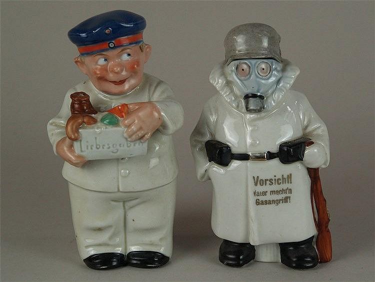 Zwei Figuren-/Scherzflaschen - Flaschen in Form eines Lieferjungen mit Lebensmittelkiste sowie eines Mannes im Schutzanzug mit Helm,Gasmaske und Gewehr,Helm bzw. Kopf mit Mütze an Korkstopfen ausgeführt,farbig staffiert,1x Aufschrift in