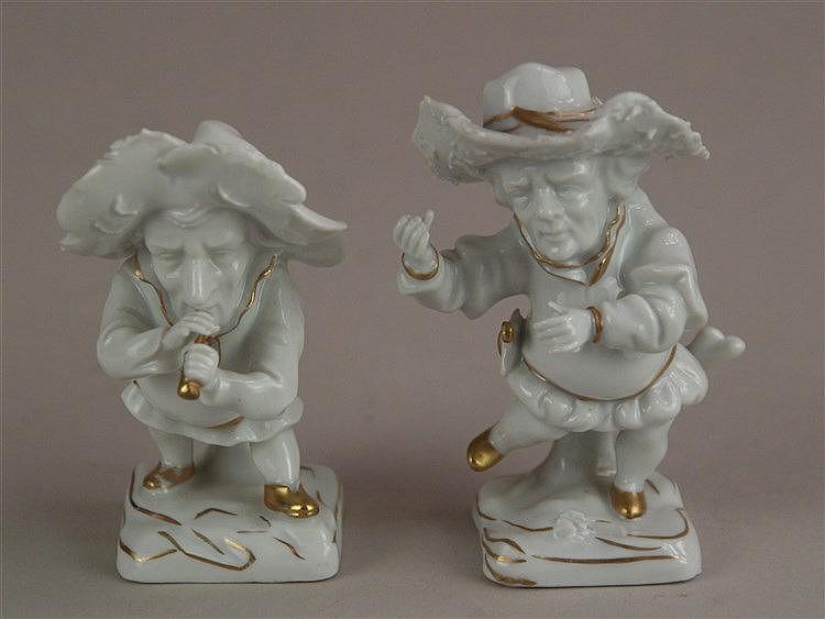 2 Figuren - Fraureuth Kunstabteilung, Weißporzellan mit Goldstaffage, 2 Musiker-Zwerge, ein Musikinstrument verloren, einmal am Finger bestoßen, H.ca.9cm