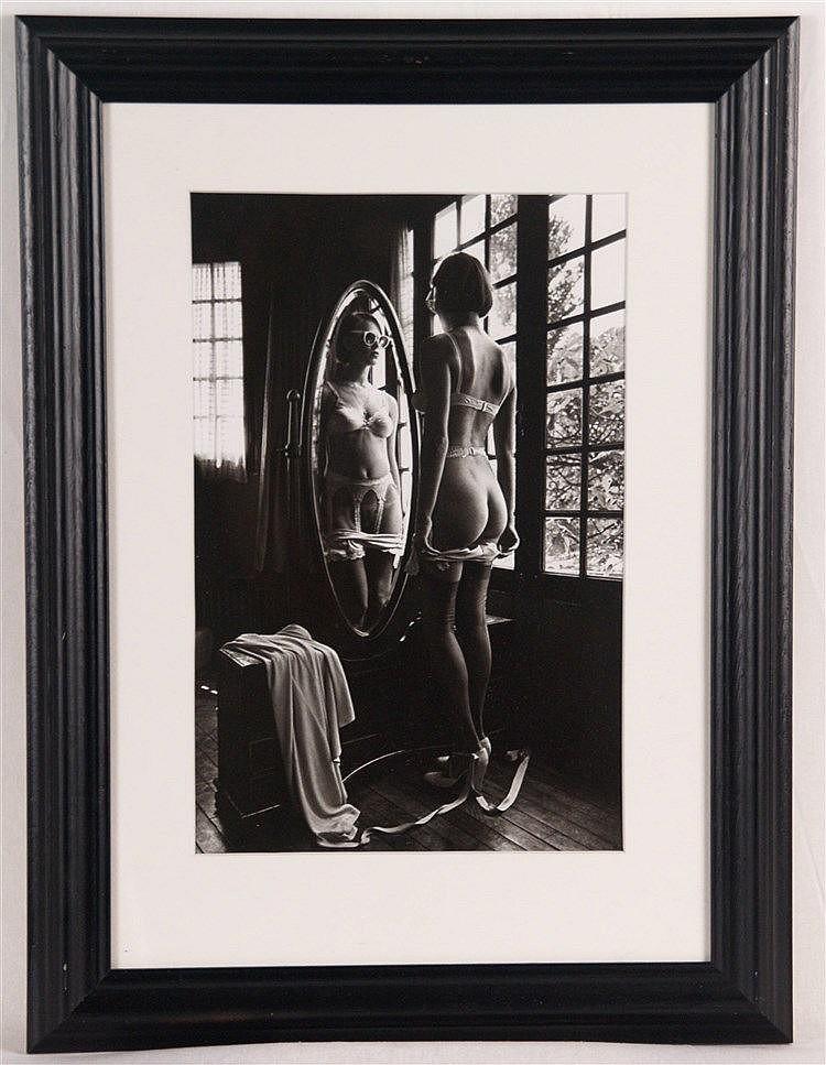 Sieff, Jeanloup - ''Weiblicher Akt vor Spiegel mit Brille'', Offsetdruck, datiert 1976, ca. 28 x 18,5 cm, unter Glas gerahmt