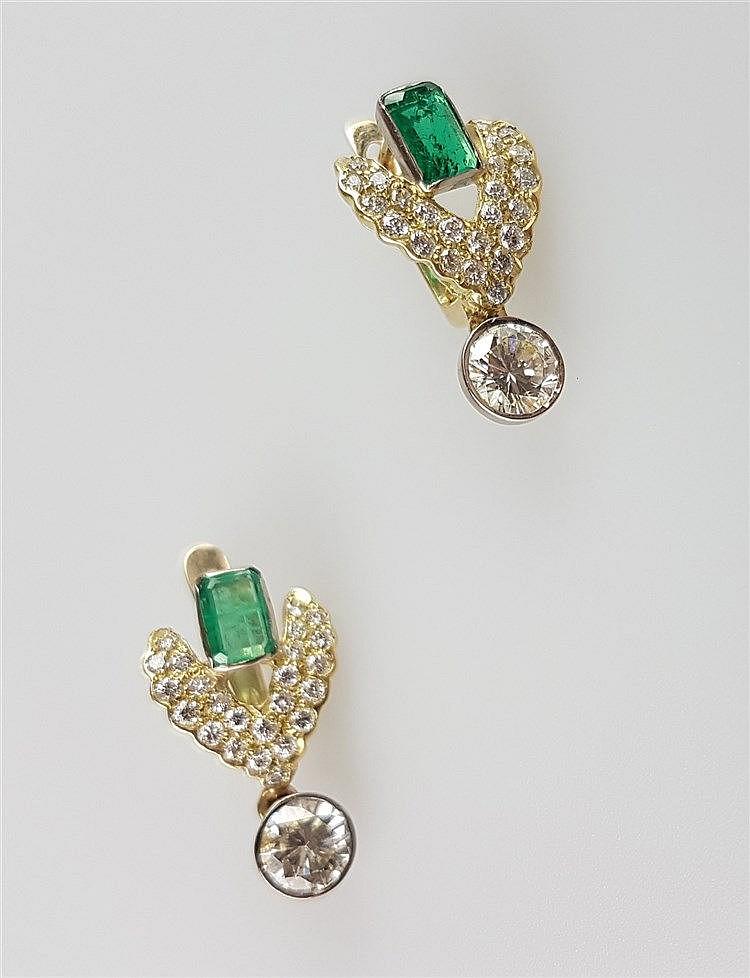 Paar Ohrringe/-Stecker - Goldschmiedearbeit,flügelförmige Gelbgold-Fassung jeweils besetzt mit 24 kleineren Brillanten,großer Diamant in Brillantschliff in Weißgold-Halbzargenfassung als runde Abhängung: jeweils ca.0,85ct.,Bekrönung mit 1