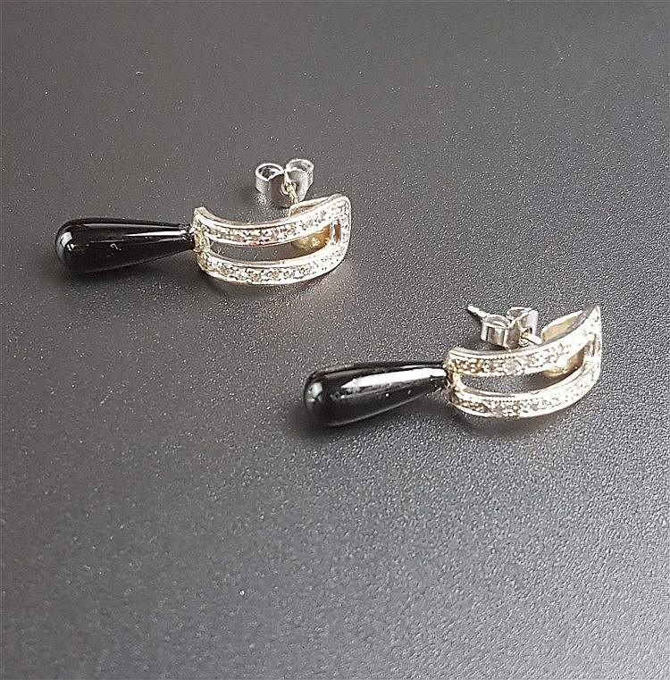 Ohrringe/-stecker - GG/WG gestempelt 585,jeweils mit Onyxtropfen (L.ca.1,5cm) und 20 kleinen Diamanten (zusammen jeweils ca.0,35ct.),zus.ca.5,2g