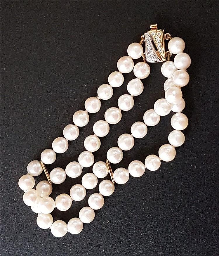 Perlenarmband - 2-reihig,Zuchperlen(ca.6mm Dm.)in Einzelknotung,Gelbgold-Kastenschloss gestempelt 585,besetzt mit 10 kleinen Brillanten,L.ca.19cm