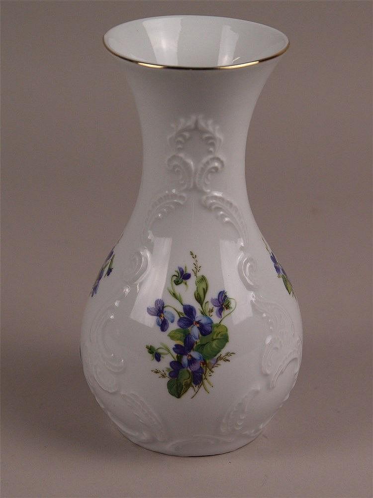 Vase - KPM Bavaria, polychromes Blumenmuster, Reliefdekor, Goldrand, Handarbeit, H.ca.19cm