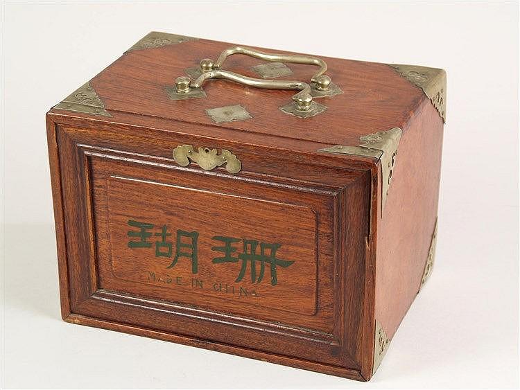 Chinesische Spielesammlung - versch. Spiele in einem Holzschränkchen mit Metallgriffen und Schublädchen, u.a. Mahjong, Spielsteine aus Bein und Bambus,Original-Beschreibung vorhanden,1923,ca.16,5x23x16cm