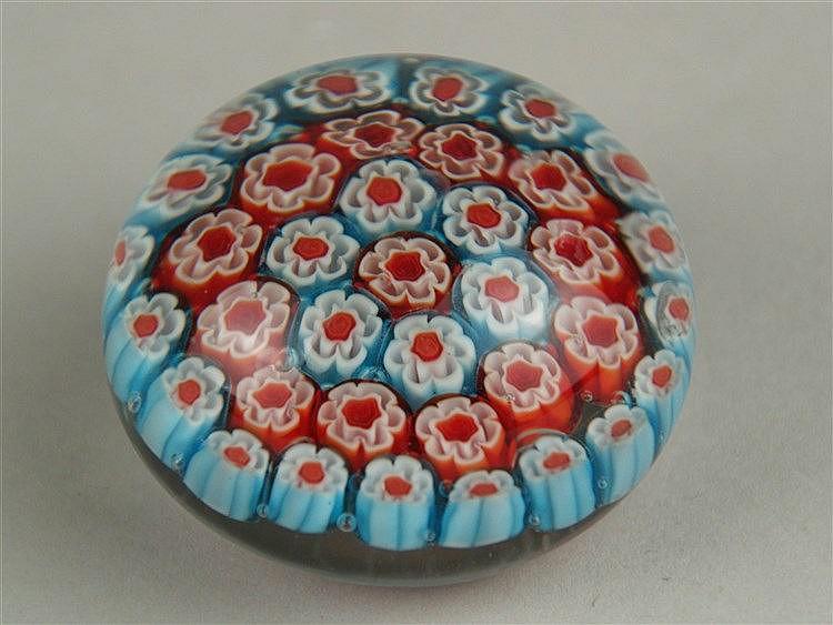 Millefiori-Briefbeschwerer/Paperweight - Klarglas,eingeschmolzene Murrinen in Rot und Blau,Baccarat, Frankreich, 19. Jh., minimale Unebenheiten, D:ca.5,5cm