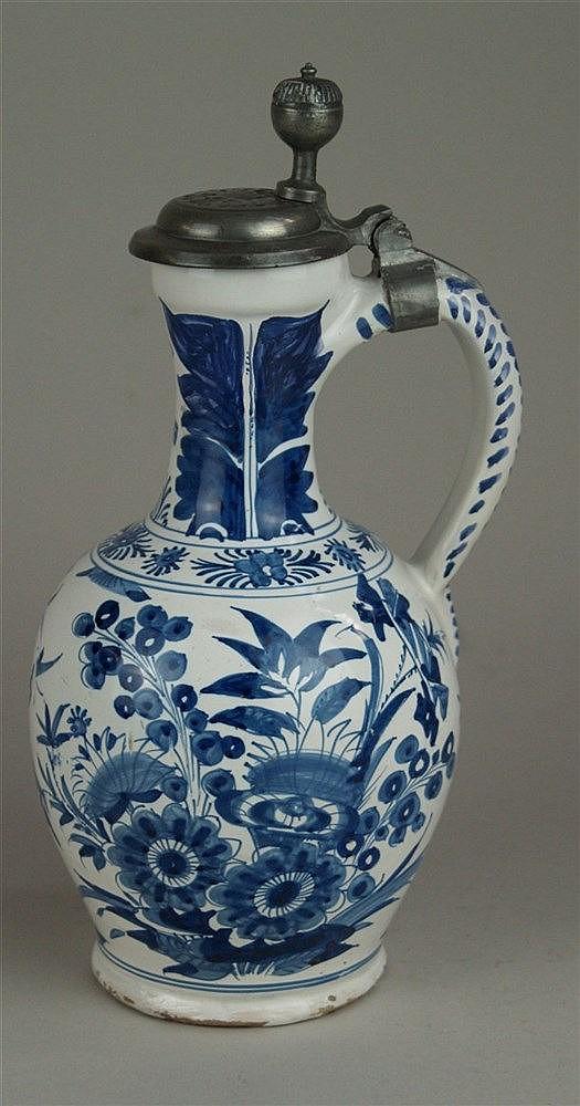 Enghalskrug mit Zinndeckel - Fayence, blauer floraler Blumendekor, Hanau um 1700, fachmännisch restauriert,H.ca.26cm