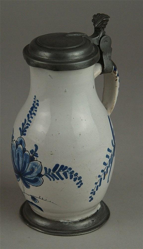 Birnenkrug - Fayence,Original Zinnmontierung mit Muscheldrücker, blauer Blumendekor, Hanau um 1720, Drücker leicht verbogen, H ca. 16,5 cm