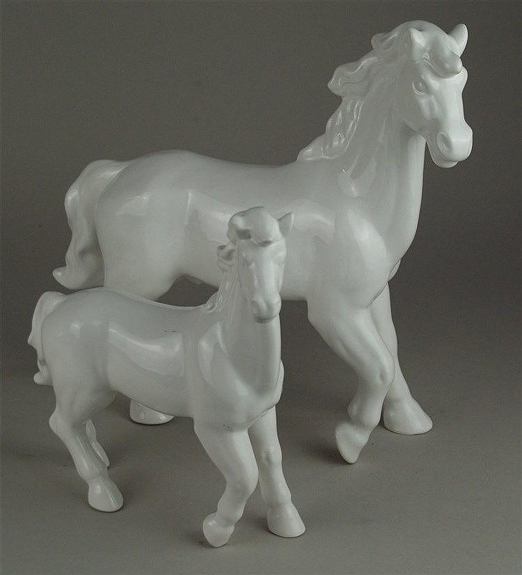 Zwei Pferdefiguren - Fayence, weiß glasiert, erste Hälfte 20.Jh., H ca. 29 cm, L ca. 30 cm und H ca. 21 cm, L ca. 20 cm