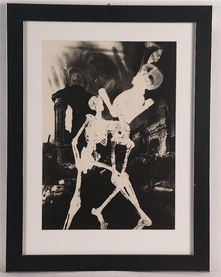 Kesting, Edmund (1892-1970)- ''Sirenen-Alarm'' aus ''Dresdner Totentanz'',datiert 1946, Fotoarbeit aus dem Nachlass, einmalige Auflage für die Griffelkunst, Rücks. signiert, ca.34 x 24,5cm, unter Glas gerahmt