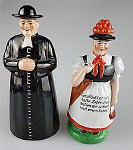 Zwei Figurenflaschen - Flaschen in Form eines Priesters sowie eines Schwarzwaldmädels mit Schirm und Täschchen,Hut bzw. Bollen an Korkstopfen ausgeführt,farbig staffiert,1x Sinnspruch,H.ca.23/21fcm