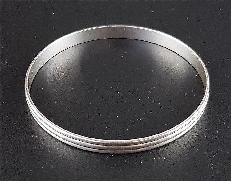 Armreif Tiffany & Co.- Silber gestempelt ''Tiffany & Co, Sterling'', schlichte Form mit Rillen,im Etui und Original-Schatulle, D.ca.6,3cm,Gewicht ca.13g