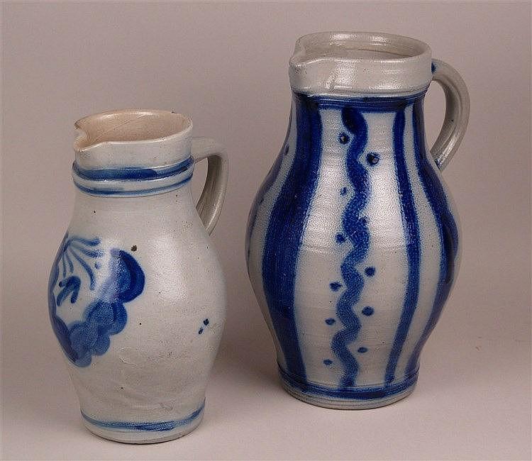 Zwei Bembel - graues salzglasiertes Steinzeug mit blauem Muster, bauchige Form, H.ca.25/30cm, Gebrauchsspuren
