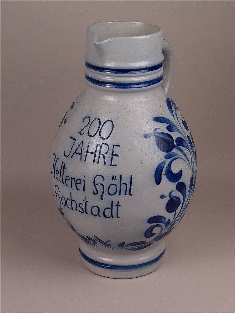 Bembel - graues salzglasiertes Steinzeug mit blauem Blumendekor und blauer Schrift ''200 Jahre Kelterei Höhl Hochstadt'', bauchige Form, H.ca.41cm, starke Gebrauchsspuren