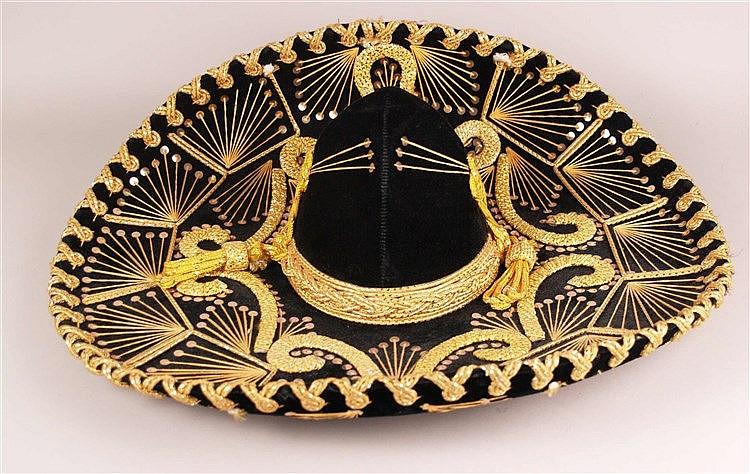 Mexikanischer Sombrero - bez. Paris 1900 Roma 1898, Lederfutter, Schwarz, mit gelben Pailletten und Faden dekoriert, D.ca.58cm, H.ca.16cm