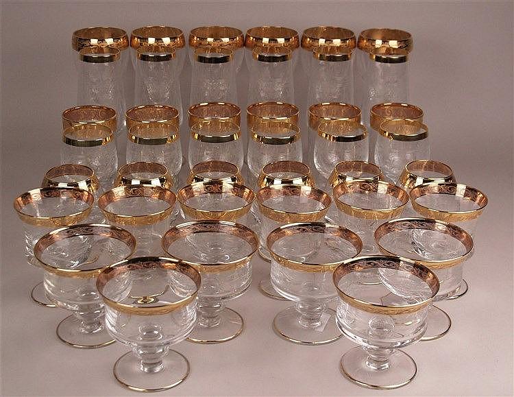 Gläserset für 6 Personen - 7 Arten von Gläser in unterschiedlicher Form und Ausführung, unter anderem für Wasser, Wein, Cognac, Bier und Sekt; auf Rundstand, farbloses Glas, Goldrand mit umlaufendem Ätzdekor, geringe Gebrauchsspuren, H.ca.10-20cm