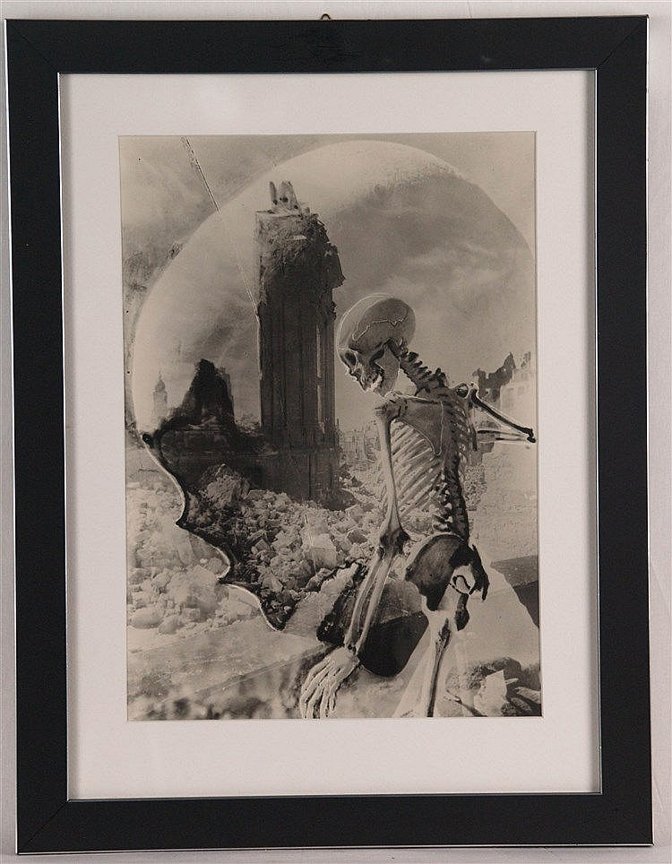 Kesting, Edmund - ''Aus Dresdener Totentanz, TOD ÜBER DRESDEN'', datiert Ende 1945, Photoarbeit aus dem Nachlass, einmalige Auflage für die Griffelk., Rücks. signiert, ca. 34 x 24, 5 cm, unter Glas gerahmt