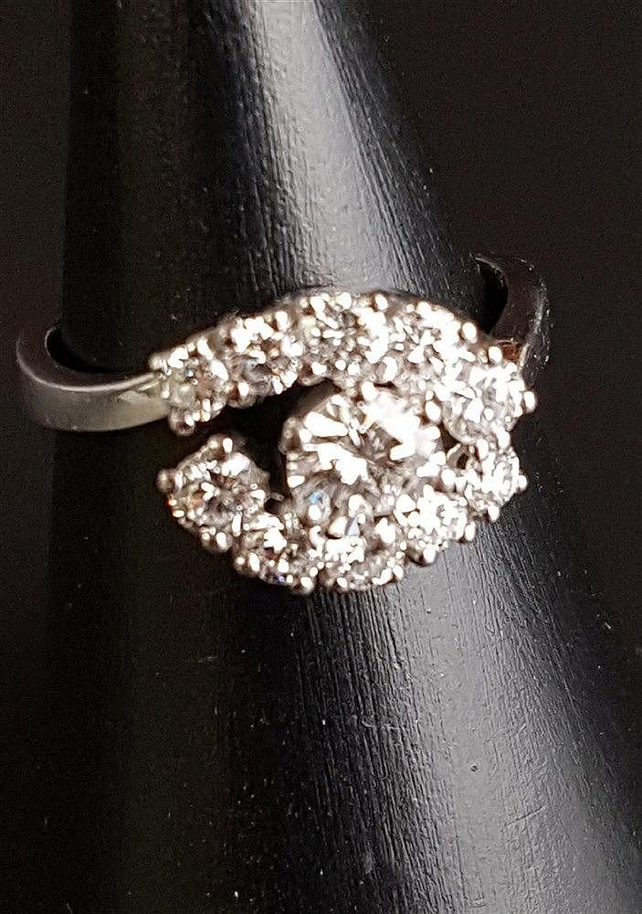 Diamantring - 750er Weißgold,Ringkopf ausgefasst mit 11 Diamanten im Brillantschliff,zusammen ca. 1,3ct.(mittiger Stein ca.0,5ct.),Gew.ca.5,3g