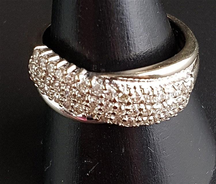 Diamantring - WG/GG,üppiger Besatz mit 45 kleinen Diamanten,Ringschiene innen gestempelt 585 und 1 ct.,Dm.ca.21mm,ca.5,4g