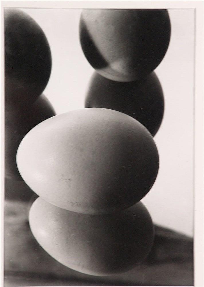 Finstler, Hans - ''Eier im Spiegel II'', Fotografie vom Orig.Negativ, datiert 1929, für Griffelkunst,aus der Sammlung Haus Fissler, Nachlass, ca. 25 x 17,5 cm, unter Glas gerahmt