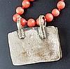Korallenkette mit Anhänger - rote Korallenperlen,rechteckiger Metallanhänger in stilisierter Buchform,darin Achatplatte mit volkstümlichem Vogel-Intaglio,Anhängerverschluss 925 Silber