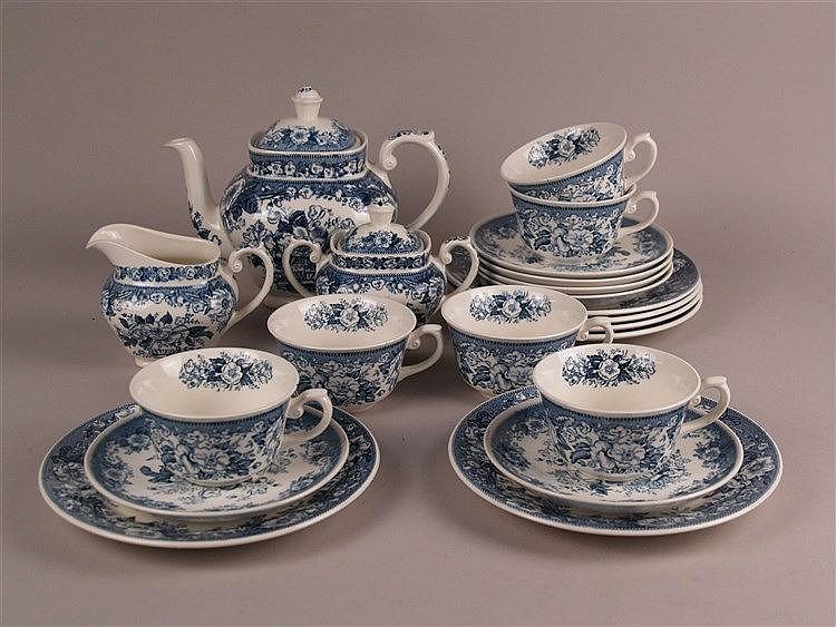 Kaffeservice für 6 Personen - Royal Sphinx, Maastricht, blaues Blumenmuster, 21-tlg: Kaffeekanne H.ca.18cm, Milchkanne H.ca.9cm, Zuckerdose H.ca.12cm, 6x Teller D.ca.20cm, 6x Tassen H.ca.6cm, D.ca.10cm, einmal bestoßen, 6x Untertassen D.ca.15,5,