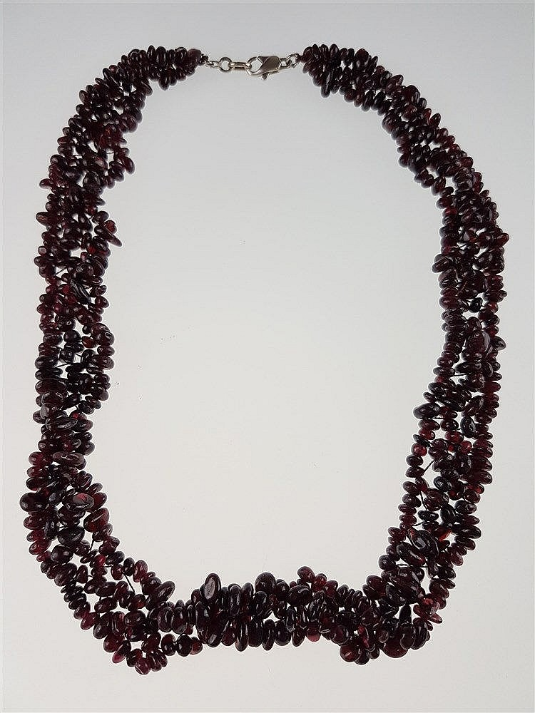 Granatcollier - Halskette aus unzähligen unterschiedlich großen Trommel-Granatstücken, aufgefädelt wie ein Spitzenkragen,mit 835-Silberverschluss,L.ca.45cm