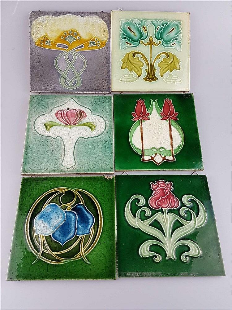 6 Jugendstil-Kacheln - Keramik, mit floralen Motiven, Glasur krakeliert u. partiell lt. best., z.T. aus England, ca.15x15 bis 15,3x15,3cm