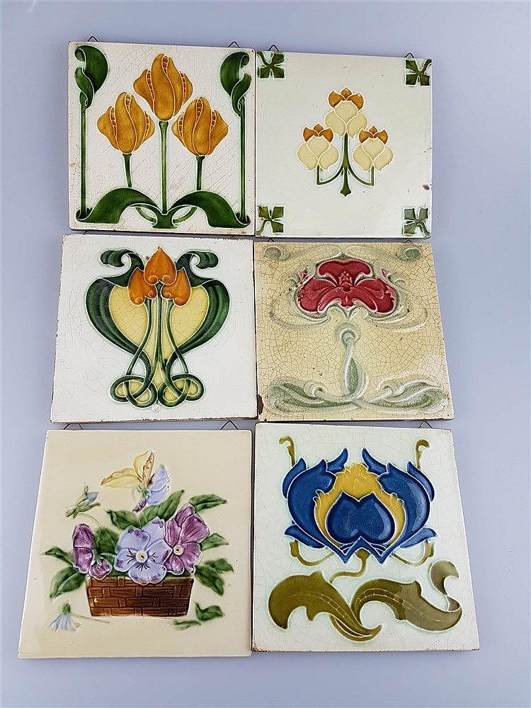 6 Jugendstil-Kacheln - Keramik, mit floralen Motiven, Glasur krakeliert u. partiell lt. best., z.T. aus England, ca. 15,3x15,3 bis 15,5x15,5 cm