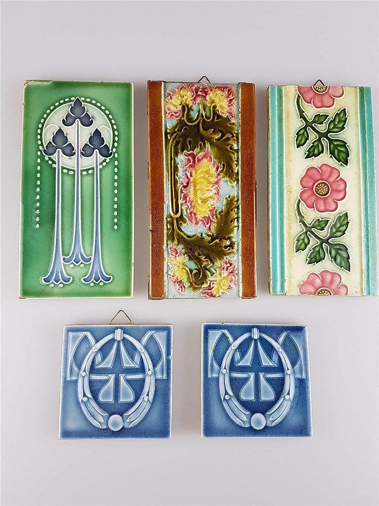 5 Jugendstil-Kacheln - Keramik, mit Ornament- und floralen Motiven, Glasur krakeliert u. partiell lt. best., u.a. DK/2xHelman, 2x ca. 7,5x7,5 cm, 3x ca. 7,6x15,2 cm