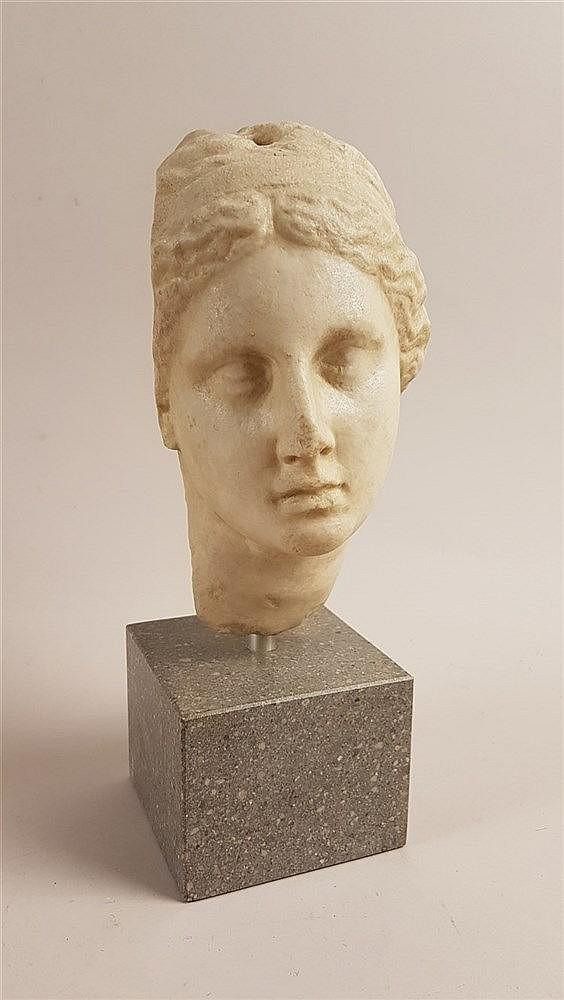 Marmorkopf - Italien um 1900, Kopf einer Römerin auf Sockel, bestoßen, H ca. 28,5 cm