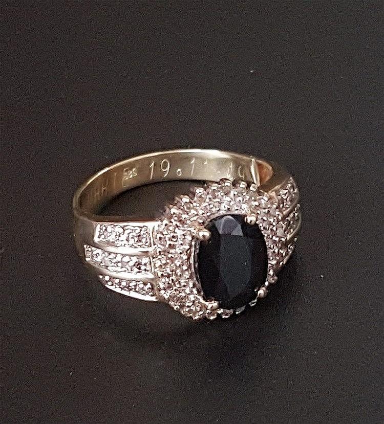 Saphirring - Gelbgold gestempelt 585,Ringkopf mit zentralem facettierten Saphir im Ovalschliff, Diamantbesatz,Dm.ca.20mm.Gew.ca.6,3g