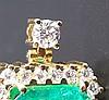 Großer Anhänger mit Smaragd und Brillanten - Goldschmiedearbeit, mittig großer rechteckiger Smaragd im Smaragdschliff von 20,7ct.,mittlerer Grünbereich,Steinmaß 17x15,5x14,1mm,Einrahmung mit 24 kleineren Diamanten im Brillantschliff, Öse
