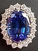 Großer Anhänger mit Tansanit und Brillanten - Weißgold gestempelt 750, mittig ovaler facettierter blauer Tansanit von 17,62 ct.,Steinmaß 18,2x13,2x9,5mm,Einrahmung mit 20 kleineren Diamanten im Brillantschliff von ca.1,7ct.,L:ca.2,5cm,Gewicht