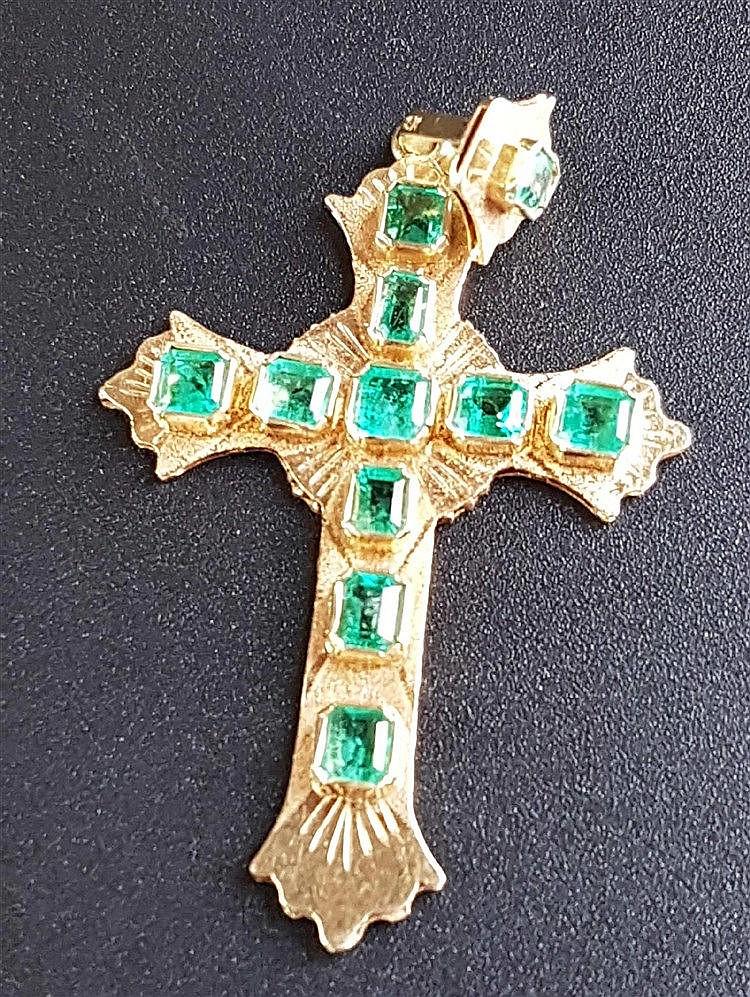 Smaragd-Kreuzanhänger - Gelbgold gestempelt 18K,Kreuz und bewegliche verzierte Öse besetzt mit 11 schönen Smaragden im Carréeschliff,ca.3,4g,L.ca.4,5cm