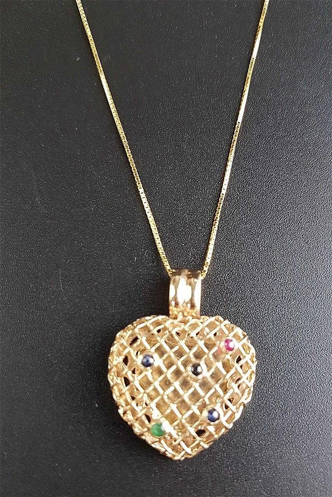 Anhänger mit Kettchen - 585er Gelbgold,Anhänger in Herzform,oberseitig gitterförmig durchbrochen mit 5 kleinen Saphir-/Smaragd-/Rubin-Cabochons,L.ca.2, 5cm,L(Kette).ca.22cm,Ges.Gew.ca.4,4g