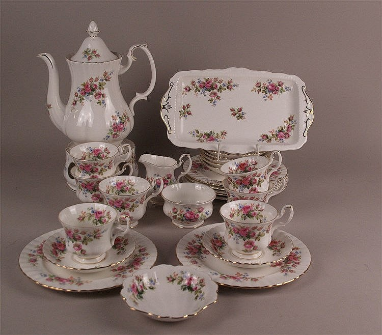 Kaffee-Service, Reste - Royal Albert, Bone China, ''Moss rose'', England polychromer Blumendekor, gold staffiert, 27-tlg: Tablett ca.17x30cm; Kanne mit Deckel H.ca.26cm; Milchkanne H.ca.8cm, Potpourri, H.ca.8,5cm, D.ca.14cm; 7x Tasse mit Henkel