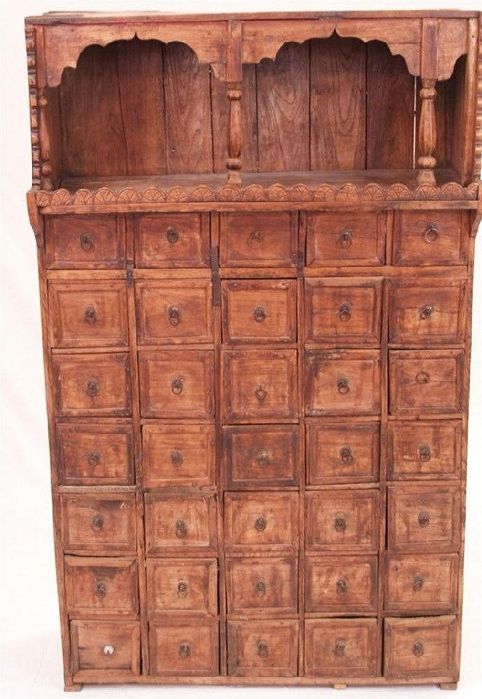 Medizinschrank - Kerala Indien 20.Jh.,Holz,rechteckiger Korpus,im oberen Bereich großes Fach geschweift gerahmt mit Balustersäulen,darunter unzählige kleine Schubfächern,ca.126x77x32cm,Alters-und Gebrauchsspuren