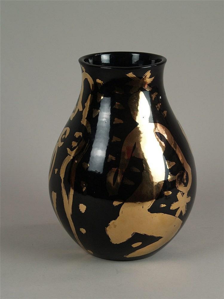 Szczesny, Stefan - Keramikvase mit schwarzem Fond und Goldbemalung,Birnenform, H ca. 27 cm